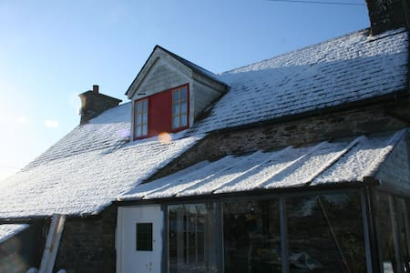 Comfortable bedroom in old traditional stone house - Skibbereen