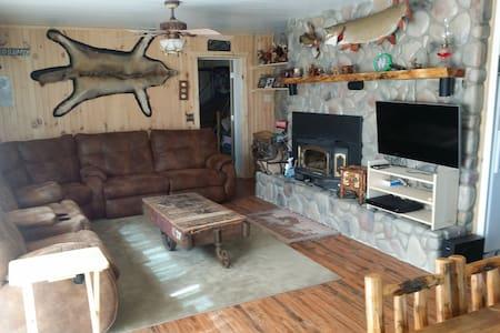 Lakefront Rustic Getaway Home - Ház