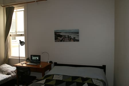 Room in terrace house, near to CBD - Glebe - Bed & Breakfast