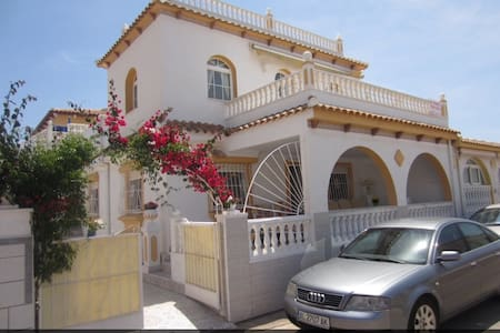 Luxurious 4 bedrooms, 3 bathrooms, pool, and Wifi - Los Alcázares