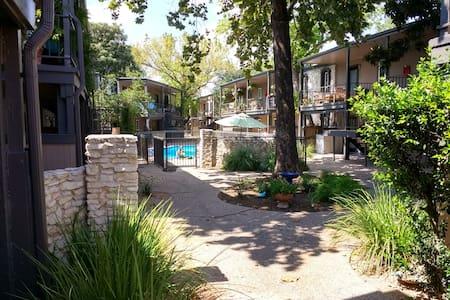 Peaceful Retreat Near It All - Apartment