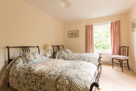 Twin Bedroom B&B In The Cotswold Countryside - Wotton-under-Edge - Bed & Breakfast