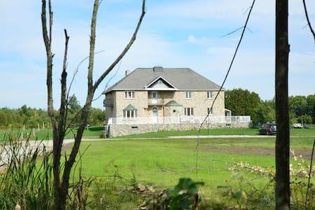 Luxurious Country Estate B&B on 100 Acres - Aamiaismajoitus