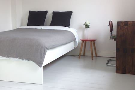 DOUBLE BED & PRIVATE BATHRM + BREAKFAST + PARKING - Hus