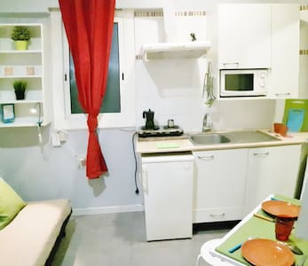 Nice Studio of 15m2 in the city center close to Sagrada Familia and Hospital de Sant Pau Unesco Heritage! Small and cozy studio but with fully equipped kitchen, wifi, a/c etc.. that make you short stay very comfortable. Neighborhood is smart and