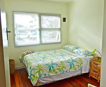 Clean and bright upstairs room - Mullumbimby