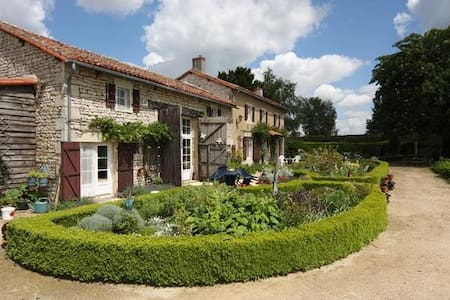 18C Country Home with pool - Genouillé - Haus