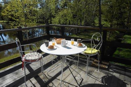 appart  avec terrasse près d'un étang - Leilighet