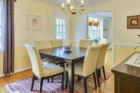 Colonial Updated Executive Home - 10 Miles from DC - Springfield