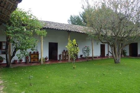 Casa de campo con tres habitaciones - Rumah