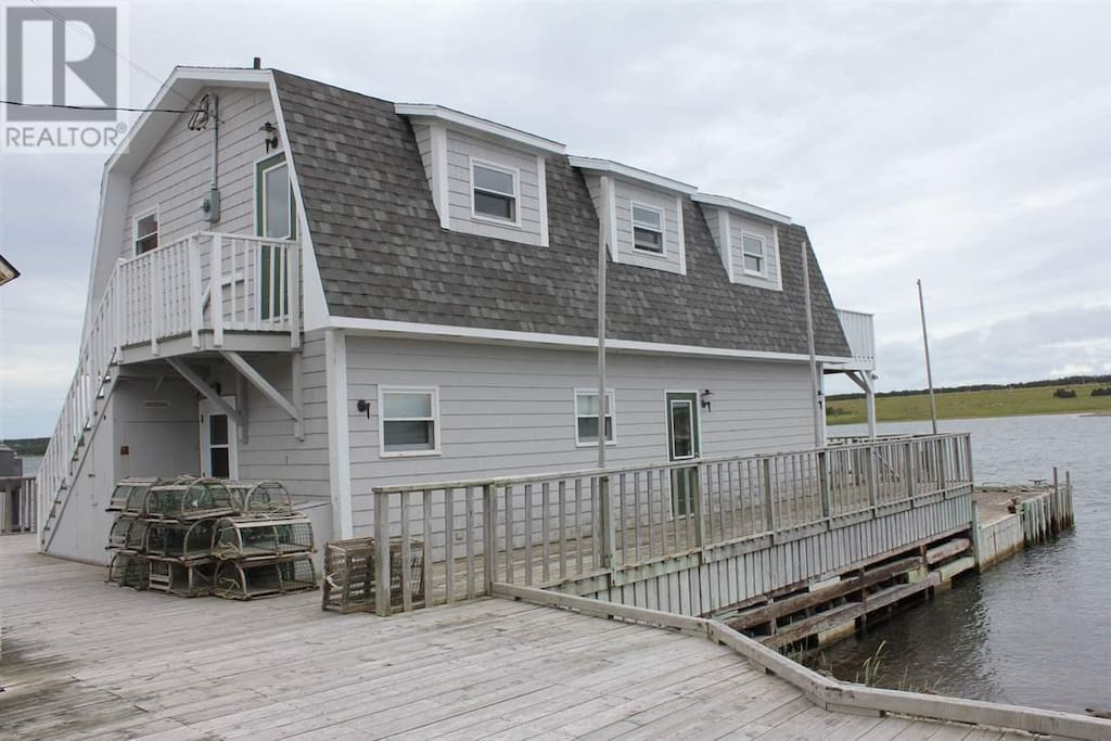 Situated on the boardwalk walking distance to Whale Cruises, restaurants, bars and shopping.