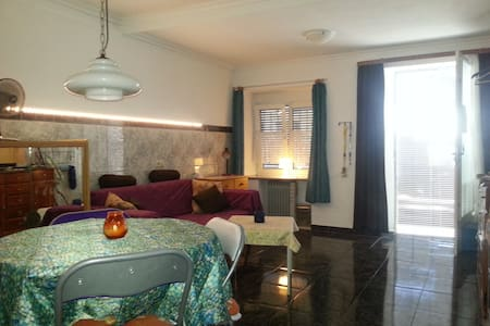 PICTURESQUE  LITTLE OLD TOWN HOUSE NEAR 2 BEACHES - House