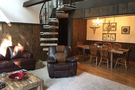 Weekend Cottage Retreat Home - House