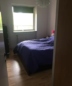 Stor 2 værelses lejlighed med solrig altan - Apartamento