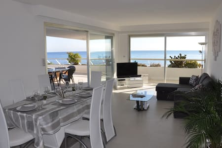 Sea view &  beachfront apartment - Huoneisto