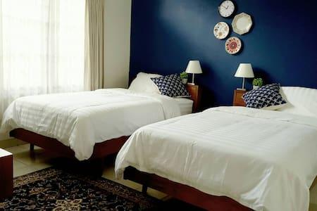 Antasena - Blue Twin Bedroom - Kecamatan Depok - Bed & Breakfast