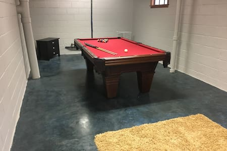 Spacious 3 bedroom Home w/Pool Table - West Des Moines - House