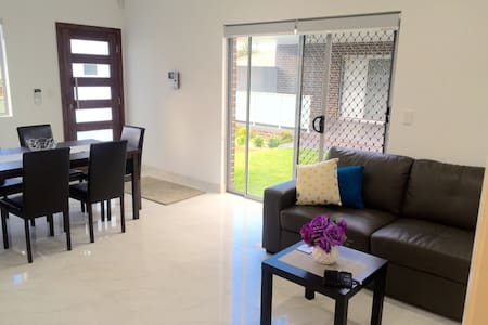 HYDRAE BUNGALOW - 2 Bdrm, Sleeps 5, Close to CBD - Revesby - Banglo