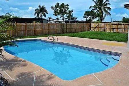 Large room with high end upgrades and pool - Margate - House