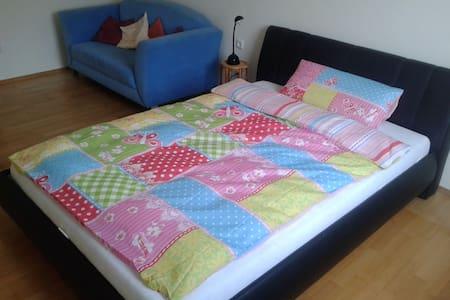 Zimmer in einfacher, sonniger, großzügiger Wohnung - Weichs - Apartamento