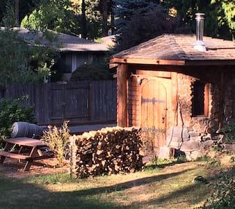 Portlandia Urban Farm Hobbit House! - Cabane