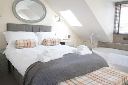 Top floor double room with bath. - Bed & Breakfast