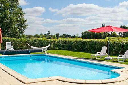 Enchanting holiday house with pool - Casa