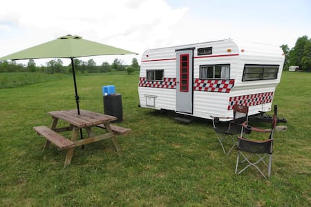 Glamping on a Niagara Escarpment farm - Singhampton - Camper/RV