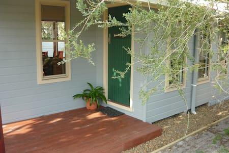 Rene's Cottage: Creekside Paradise. On creek bank. - Cabane