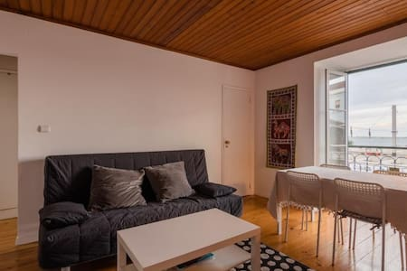 Single bed bedroom in Sta. Apolónia, Lisbon - Byt