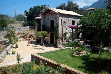 Πέτρινη βίλλα με μεγάλο κήπο - Villa