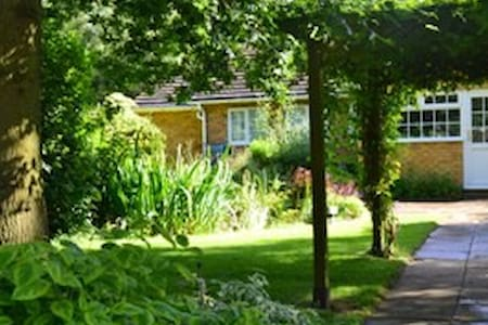 Homely bungalow with large gardens - Bungalow