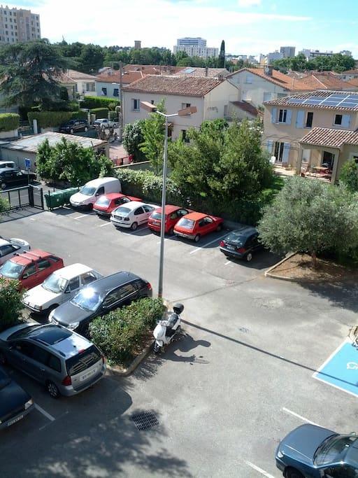 Parking fermé dans la résidence.
