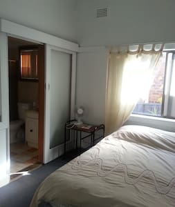 VERY CLEAN ROOM WITH OWN BATHROOM - Roselands - Hus