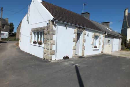 Petite maison de style néo breton . - Huis