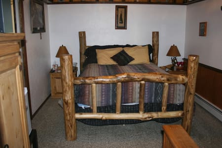 Dreamcatcher B&B Knotty Pine Room - Bed & Breakfast