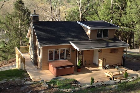 Hillside Cabin In The Woods--Hot Tub--1.5 Acres! - Dingmans Ferry