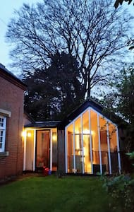 Annexe with flowery patio - Norwich - House