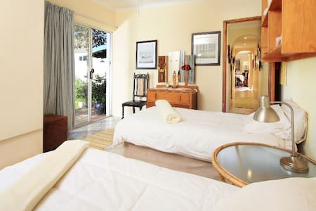 Pvt Room by the beach (2 Twin Beds) - House