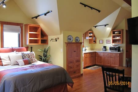 Spacious Carriage House Studio - Apartment