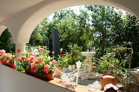 moderne Ferienwohnung mit Garten - Társasház