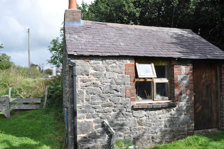 Small self contained stone Bothy - Rhosesmor