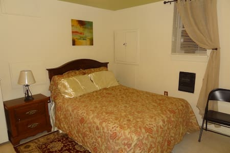 Queen size bedroom, Metro DC (Woodbridge, VA) - Hus