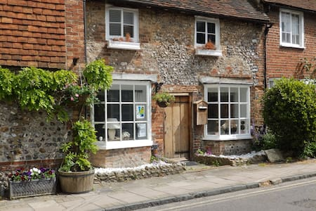 Double room, summer share - Sussex village cottage - House