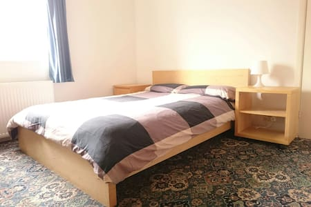 Double room, near station, parking - House