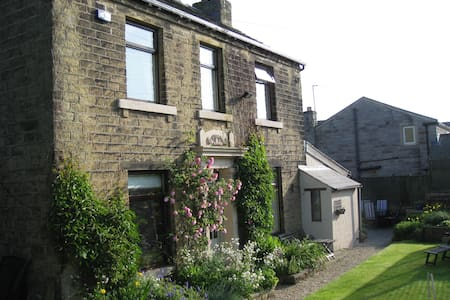 The Old Farmhouse. Homely B&B for 4 - Huddersfield