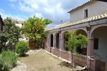 maison typique campidanese Sinnai - Maison