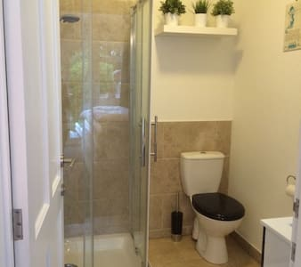 Light & roomy twin bed with ensuite shower room - Casa