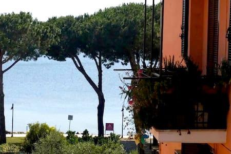 Camera matrim/singola a 100mt lago - Apartment