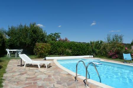 Chambre pour deux, piscine, terrasse, vue, jardin - Rumah